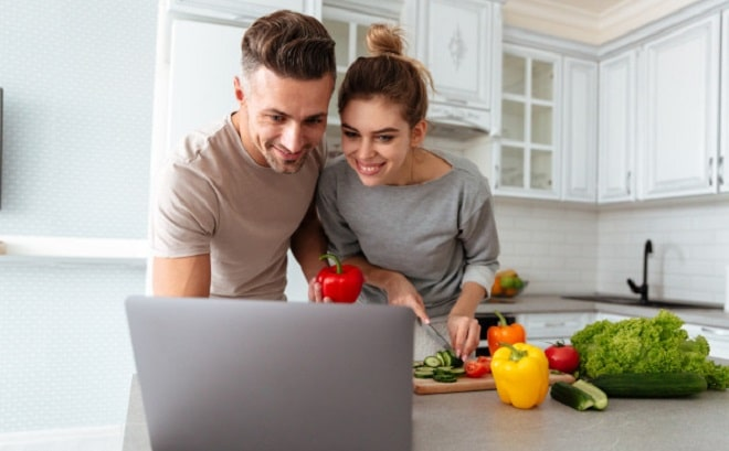 portrait-cheerful-loving-couple-cooking-salad-together_171337-342 drobotdean