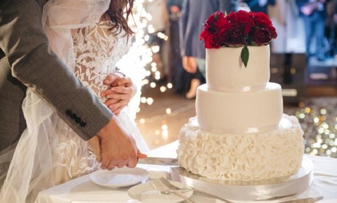 happy-bride-groom-cut-wedding-cake_8353-9297 freepic.diller