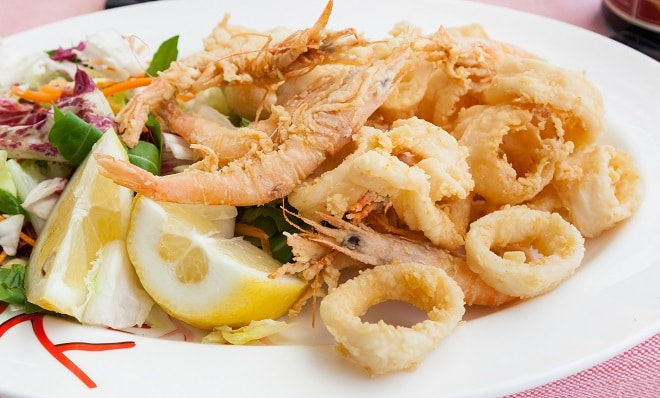 Fried shrimp and squid with lemon.